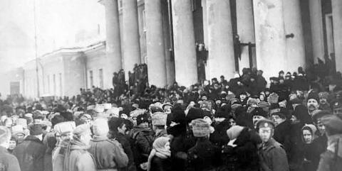Am Taurischen Palais in Petrograd 1917