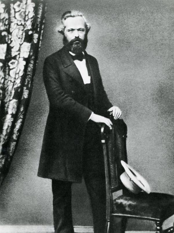 Marx hinter der Stuhllehne
